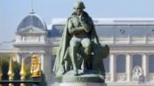 Statue de Lamarck avec la Grande Galerie en fond © MNHN - Patrick Lafaite